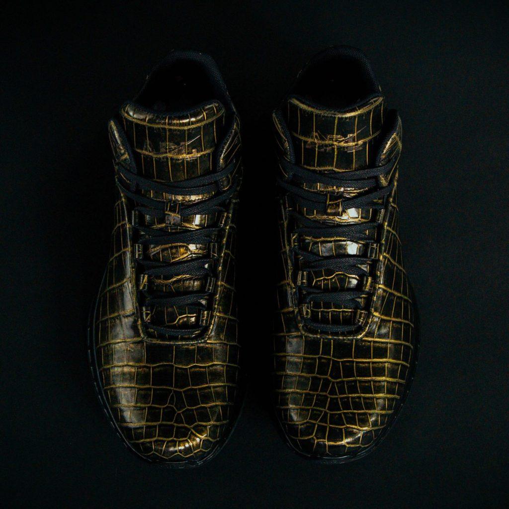 zapatillas-apl-de-piel-de-cocodrilo-y-banadas-en-oro-2