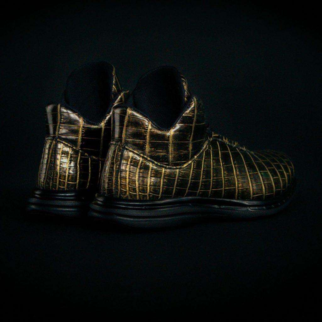 zapatillas-apl-de-piel-de-cocodrilo-y-banadas-en-oro-3